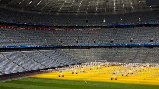 Sonnenbank für den Rasen. Der Rasen in der Allianz Arena wird mit Licht bestrahlt, da er zu wenig Sonne erhält.