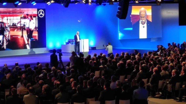 Daimler-Chef Zetsche, einer der Keynote-Redner erklärt das automatische Velvet Parking.