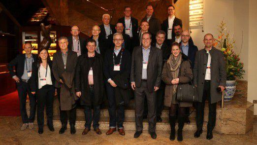 Knapp 20 LEP-Alumni waren der CIO-Einladung zu einem kleinen Umtrunk auf den IT-Strategietagen gefolgt. CIO-Community Managerin Caroline Hagl (vordere Reihe 2. von rechts) freute sich über viele bekannte Gesichter.