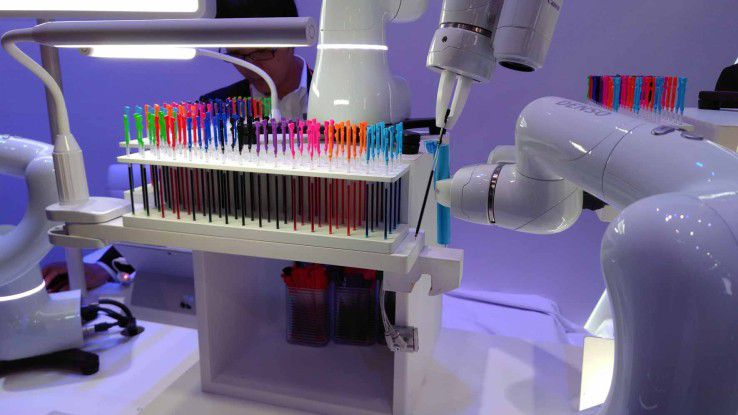 Huawei und Denso demonstrieren, wie kleine Roboter bei der Montage von Kugelschreibern helfen.