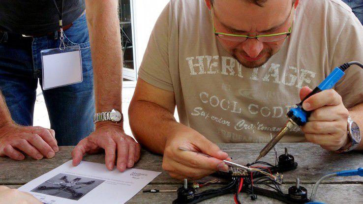 Drohnenlöten war ein Workshop beim Sommerseminar, zu dem sich das ganze Unternehmen einmal im Jahr trifft.