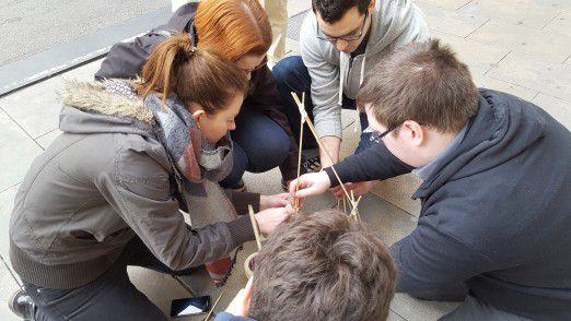 Agiles Projektmanagement einmal anders: COMPIRICUS-Mitarbeiter üben im kleinen Kreis.