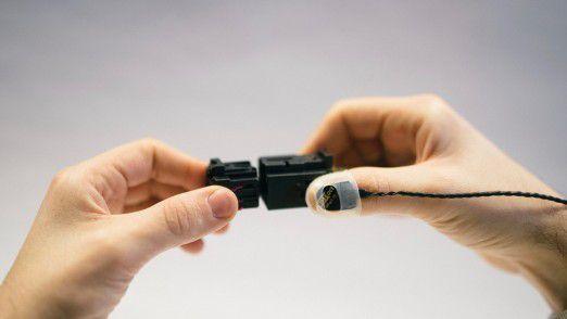 Ein spezieller iNDTact-Sensor am Handgelenk des Monteurs erfasst das Klick-Geräusch bei Steckverbindungen per Körperschall.