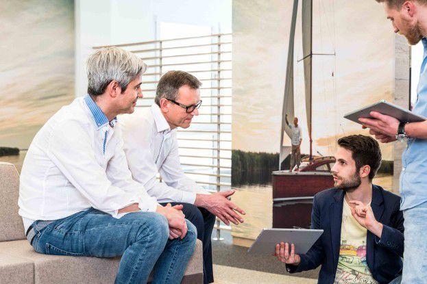 Kommunikationsinseln auf der Arbeitsfläche machen spontane Meetings möglich.
