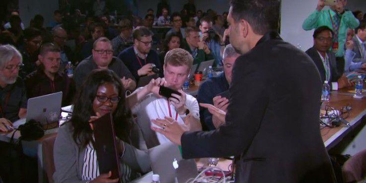 Das Surface Laptop wird im Publikum begutachtet. Panos Panay.gibt es ausgerechnet einer Macbook-Nutzerin.