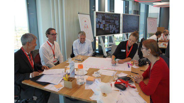 Das Team Pink mit Peter König (ganz links), IT-Leiter beim Kosmetikkonzern Dr. Grandel, sowie Frank Schröder (2.v.l.), CIO des Maschinenbauers RENK AG, erarbeiten ihr Konzept.