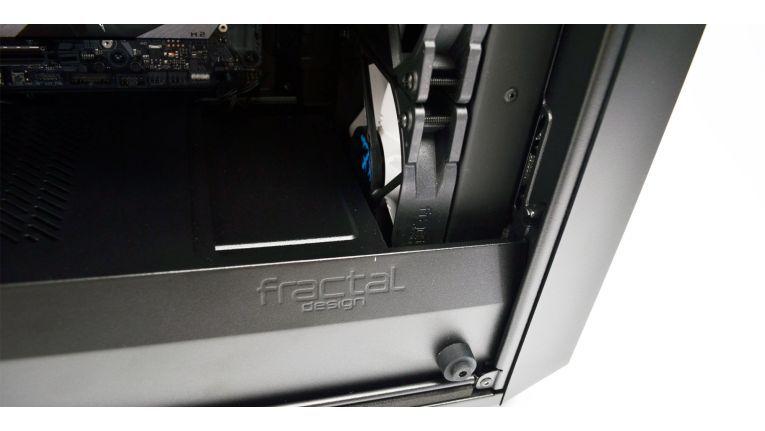 Bauen Sie einen 360-Millimeter-Radiator in die Front ein, müssen Sie den Festplattenkäfig etwas verschieben und eine Platte im Cover entfernen.