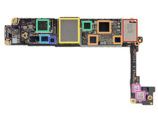 Bei iPhones mit Qualcomm-Modem (die beiden Module sind grün markiert) unterstützen eigentlich Gigabit LTE.