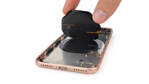 Eine Spule auf der Rückseite ermöglicht das drahtlose Laden des iPhone 8.