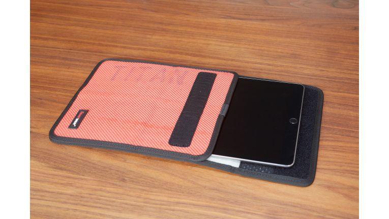 In die minimalistische Tasche passt das iPad Pro leider nicht mit einem SmartCover oder einer Schutzhülle. Dafür ist es durch den Feuerwehrschlauch auch vor Nässe geschützt und die die Mikrofaserbeschichtung schont das empfindliche iPad Pro.