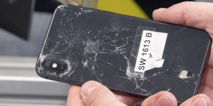 Beim Test in der Falltrommel erlitt eines der iPhone X Glasschäden.