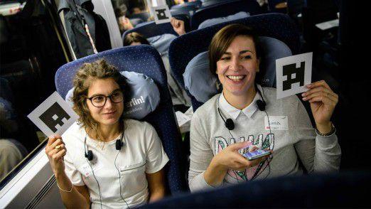 Wie oft haben Sie CarSharing bereits genutzt? Würden Sie autonome Fahrangebote nutzen? Diese und weitere Fragen sollten die Fahrgäste mithilfe bestimmter Code-Karten beantworten, welche Assistentinnen mit ihrem Smartphone abscannten - selbstverständlich alles ganz anonym.