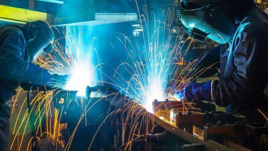 Hier wird noch per Hand geschweißt. Aber viele Industriezweige, wie zum Beispiel die Autoindustrie, lassen diese schwere und gefährliche Arbeit bereits von Robotern erledigen.