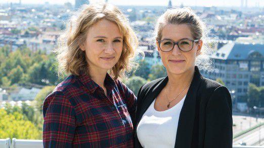Viola Radovics (links) und Susanne Wolf setzen sich bei der Alexander Thamm GmbH dafür ein, dass das Wissen um Daten und Machine Learning extern über das neue Schulungszentrum und intern an Trainees weitergegeben wird