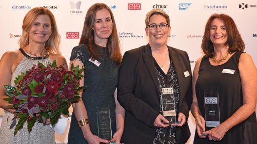 Frauenpower beim 16. CIO des Jahres – zum ersten Mal in der Geschichte des Wettbewerbs gingen drei der Auszeichnungen an Frauen (v. li.): Moderatorin Katrin Müller-Hohenstein mit Julia Marhan von B. Braun Melsungen, Jutta von Mikusch-Buchberg von Premium AEROTEC und Brigitte Falk von CRONIMET.