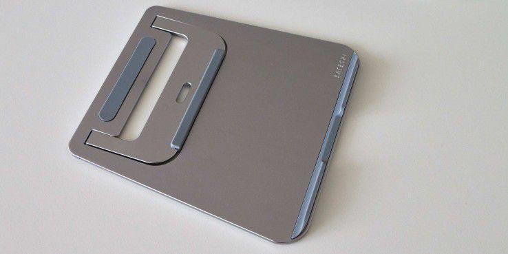 Zusammengeklappt ist der Aluminium Laptop Stand so dünn, das er bequem in eine Notebooktasche passt.