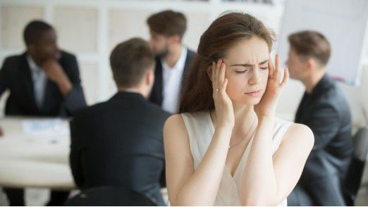 Ein lautes Meeting im Hintergrund des Arbeitsplatzes: Studien zeigen, dass Lärm uns daran hindert, komplexe Aufgaben zu erledigen.