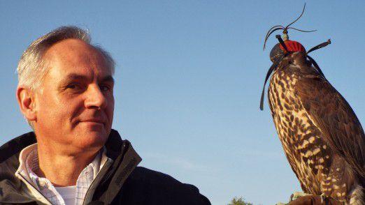 Patrick Naef mit einem Falken.