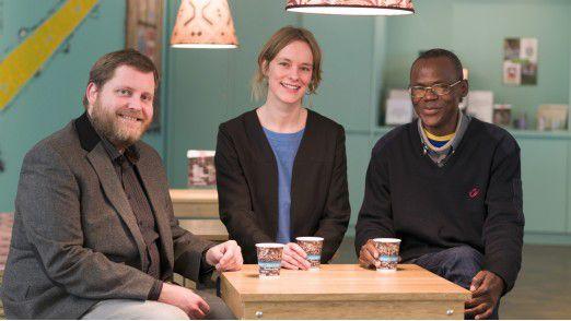 Christian Jarling (v.l.), Sara Capdeville und Ndzodo Awono im Übersee-Museum Bremen.