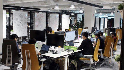 18.000 Leute arbeiten für die IT von Standard Chartered, davon sind 12.000 Festangestellte. 2500 ITler sitzen hier bei Michael Gorriz in Singapur, der Rest verteilt sich über die Welt.
