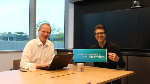 CIO Michael Gorriz (re.) zusammen mit CIO-Herausgeber Horst Ellermann beim Interview in Singapur.
