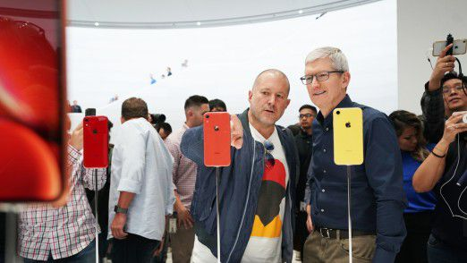 Jony Ive und Tim Cook begutachten das iPhone XR.