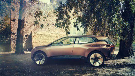 BMW Vision iNEXT - Seitenansicht mit langem Radstand und 24 Zoll großen Rädern.