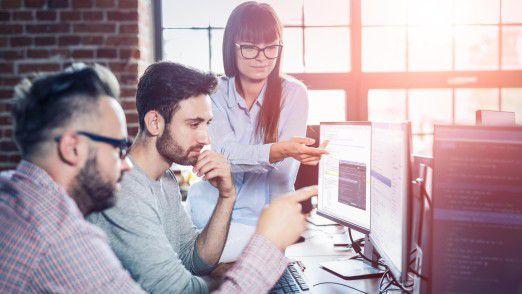 Verschiedene Teams entwickeln bei einem Hack2Sol App-Prototypen für ihre Unternehmen mithilfe neuer Technologien.