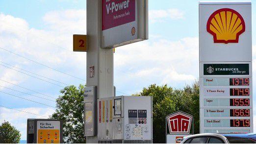 Shell-Tankstelle: Die Kraftstoffpreise schwanken den ganzen Tag - mit teils extrem hohen Ausschlägen. Die Kunden ärgern sich darüber.