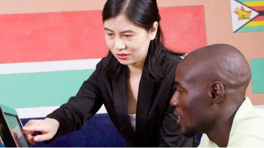 """Während viele Afrikaner glauben, dass die Investitionen der Volksrepublik einen lange notwendigen Entwicklungsschub ermöglichen, beanstanden Kritiker die """"neokoloniale Eroberung"""" Afrikas durch China."""