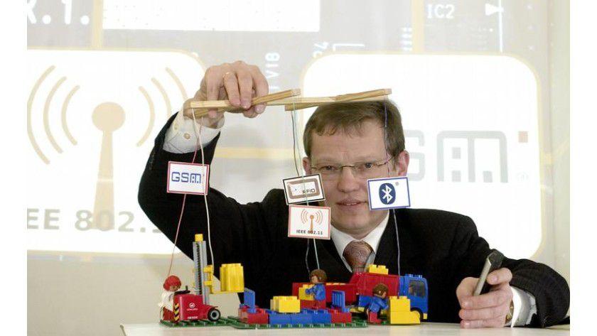 Prof. Hardt hält mit der von seinem Forschungsteam entwickelten Software alle Fäden des Logistikprozesses in der Hand. Foto: TU Chemnitz/Sven Gleisberg