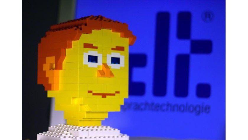 Nicht gerade schön, aber klug: Die Roboterfrau Linda der Saarbrücker Computerlinguisten unterhält sich mit den Messebesuchern. Abb.: CLT Sprachtechnologie