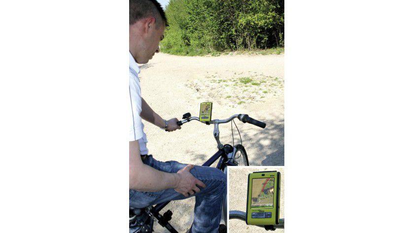 Ein PDA führt Radfahrer an der holländischen Grenze multimedial: mit Richtungsangaben und -ansagen, Videoclips und Podcasts zu Sehenswürdigkeiten und Hinweisen zu Erlebnispunkten. Foto: Fraunhofer ISST