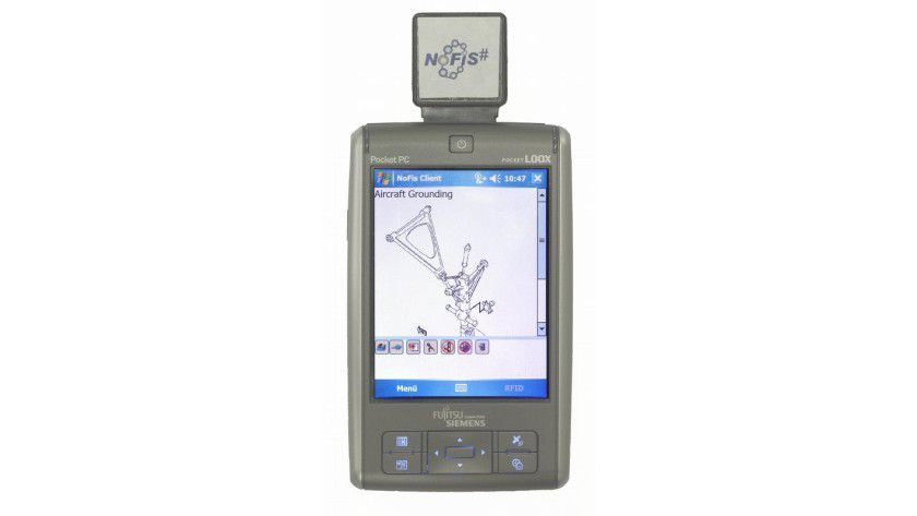 PDA von Fujitsu Siemens (LOOX N560) mit RFID-Leser im SD-Format. Foto: C-LAB Pressebild