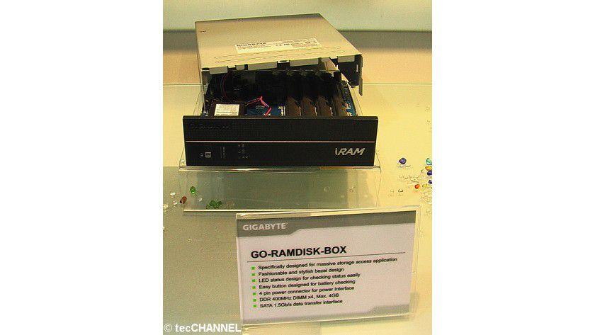 Gigabyte-SATA-Laufwerk: Die Go-Ramdisk-Box kann maximal 4 GByte DDR400-Speicher verwalten und kommt im 5,25-Gehäuseformat.