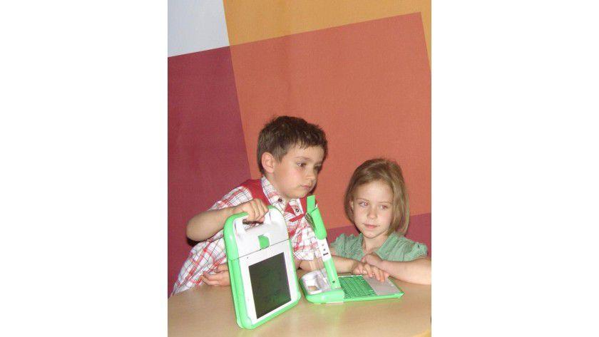 Alex und Mathilda testeten ausgiebig die beiden Laptop-Prototypen. Foto: HPI/Frieder Bechtel