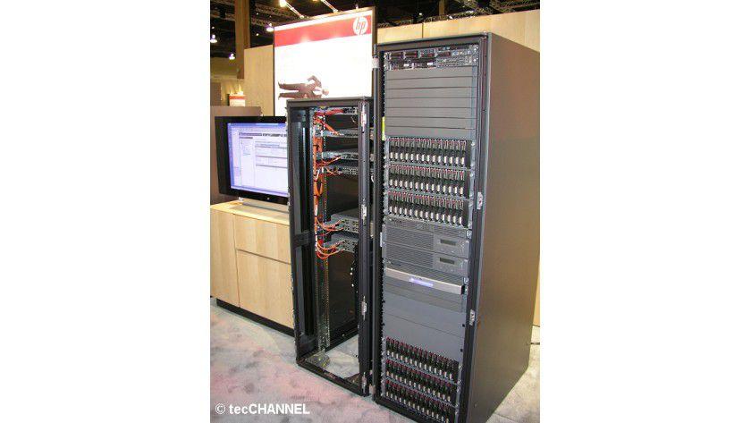 Speicherriese: Das EVA-8100-Virtual-Disk-Array-System verwaltet mit einer Erweiterung 240 Festplatten. Die Gesamtkapazität beträgt bei Verwendung von 500-GByte-Festplatten maximal 120 TByte.