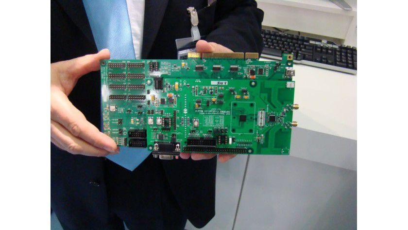 Für Entwickler: Ein Wireless-USB-Entwicklerboard. Der eigentliche Chip befindet sich rechts neben den beiden Antennenanschlüssen.