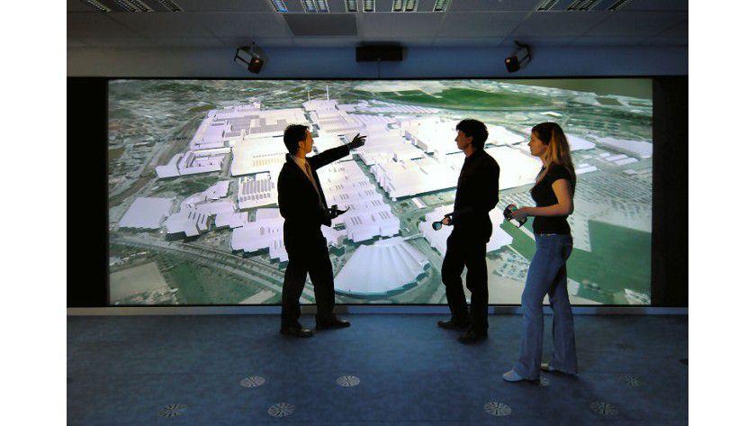 """Powerwall: Das digitale Luftbild des DaimlerChrysler-Werks Sindelfingen ist auf die Powerwall projiziert. Die Planer können jedes einzelne Gebäude nicht nur heranzoomen, sondern auch """"betreten"""" und einen virtuellen Rundgang durch Büros und Werkhallen starten. (Quelle: DaimlerChrysler)"""