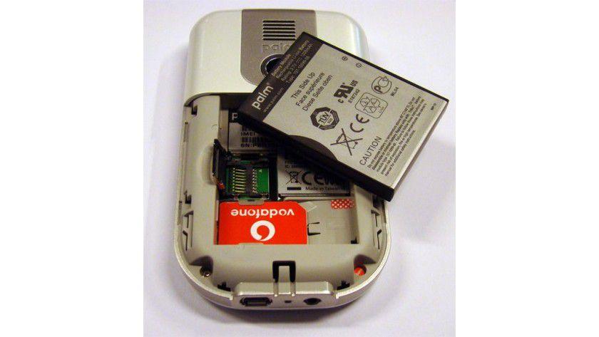 Erweiterbar: Der MicroSD-Speicher-Slot sitzt unter dem Akku.