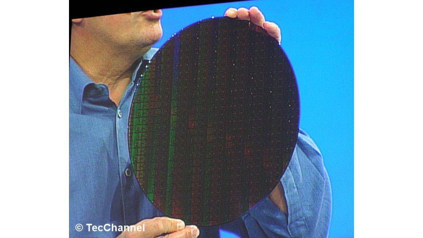 32-nm-Wafern in Händen: Intel-Chef Paul Otellini zeigt einen ersten 300-mm-Wafer, gefertigt im 32-nm-Verfahren, auf dem Intel Developer Forum.