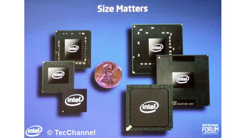 Schrumpfkur: Neben der auf 45 nm reduzierten Strukturbreite beim Penryn-Prozessor benötigten auch die Chip-Gehäuse der Komponenten (links im Bild) nur 60 Prozent der Fläche bisheriger Centrino-Komponenten (rechts im Bild).