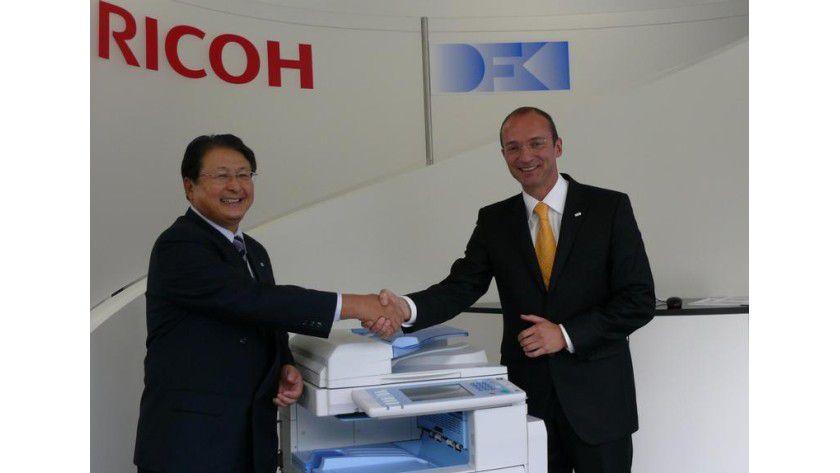 Shiro Kondo, Präsident und CEO RICOH, und Prof. Andreas Dengel vom DFKI beim Besuch des RICOH CEO am DFKI in Kaiserslautern. Foto: DFKI