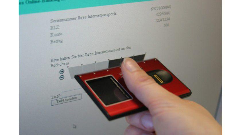 Übertragung: Die flackernden Kästchen übertragen die Einzelheiten der Zahlung kabellos an den Pass. (Quelle: Siemens)