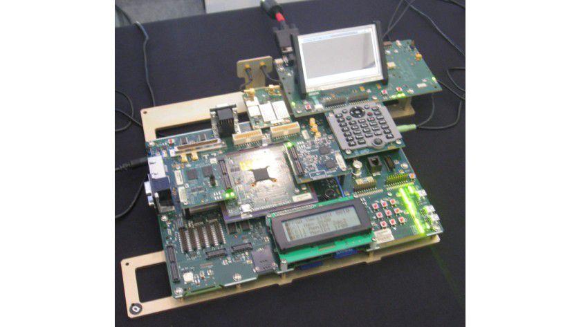 Versuchsaufbau: Der Chip (Mitte) muss nicht aktiv gekühlt werden – und bleibt auch bei längerer Belastung relativ kühl.