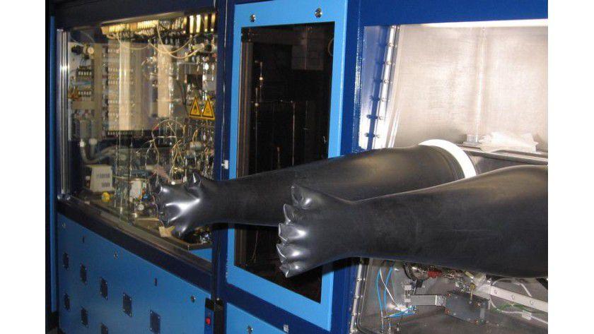 Die Herstellung von Halbleiterkristallen im Wissenschaftlichen Zentrum für Materialwissenschaften findet unter Reinraumbedingungen statt. Foto: Philipps-Universität Marburg