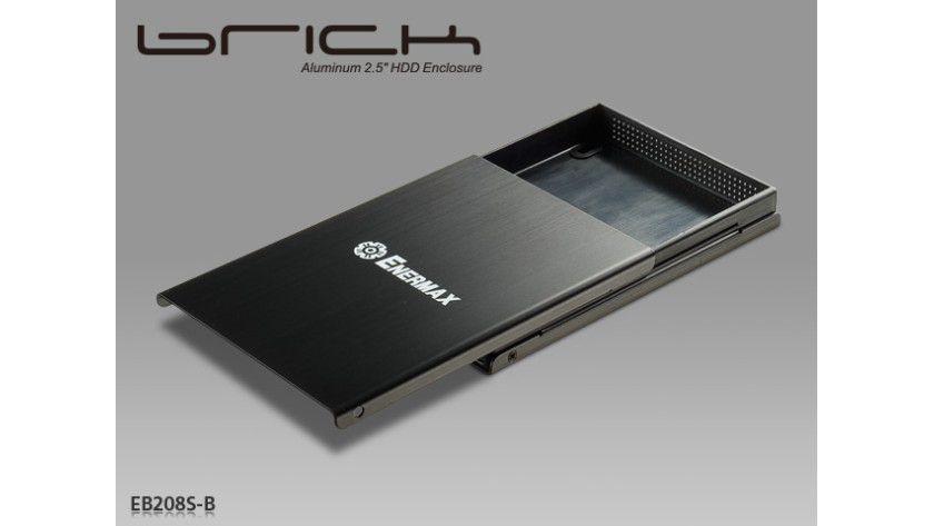 Flachmann für Daten: Das Brick von Enermax nimmt Festplatten und SSDs auf.