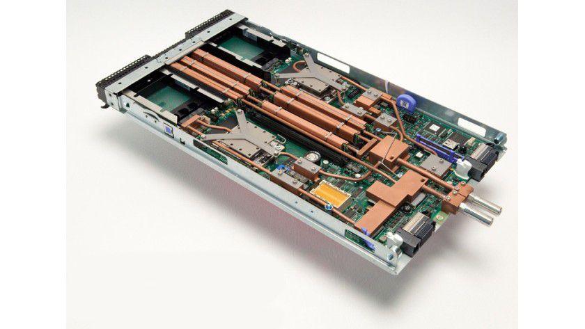 Hot Spot: Mikrokanalkühler sind auf die Chips montiert, um die entstehende Wärme abzuführen. (Quelle: IBM)