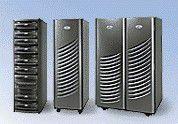 """Update 14:30 Uhr: Symmetrix DMX Inzwischen hat Joe Tucci die Bühne verlassen, die Pressemitteilungen sind ebenfalls zugänglich: Die neue Symmetrixe hören auf die Zusatzbezeichnung """"DMX"""" für """"Direct Matrix"""" (damit sind die o.e. direkten und dedizierten Kanäle gemeint). Es gibt drei neue Modelle: Das modulare """"Symmetrix DMX800"""" im Rackmount-Formfaktor (bis 16 Frontend-Ports, maximal 15,3 TB nutzbare Kapazität und 32 GB Cache) sowie die beiden größeren, integrierten Systeme """"DMX1000"""" (48 Frontend-Ports, maximal 18,5 TB nutzbar und 64 GB Cache) und """"DMX 2000"""" (bis zu 96 Frontend-Ports, 37 TB nutzbare Kapazität und 128 GB Cache). Alle drei Modelle sind sofort verfügbar und kosten zwischen 409.000 und 2,5 Millionen Dollar. FICON-Connectivity für Mainframes folgt im dritten Quartal 2003. Der Lebensmittelkonzern General Mills hat nach Angaben von EMC bereits Symmetrix-DMX-Speicher mit mehr als 150 TB Kapazität geordert, um damit das SAN (Storage Area Network) für sein R/3-System zu erweitern. In Tests beim Barcode-Spezialisten Information Resources seien die neuen DMX-Symmetrixe bis zu 500 Prozent schneller als die bisherige Generation, teilte EMC außerdem mit. Dieser habe mehrfach große Marktforschungsdatenbanken mit hoher Last auf HP-""""Superdome""""- und """"Primepower""""-Servern von Fujitsu-Siemens mit dem DMX800 und DMX2000 getestet."""