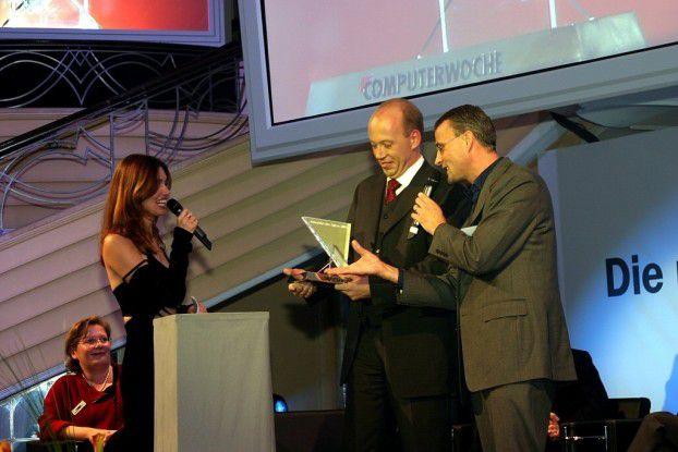 CW-Chefredakteur Christoph Witte übergibt den Preis an Bernhard Götze, Leiter IT und Projektleiter des siegreichen Projekts bei Mercur Assistance.